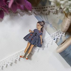 フランス製 木製ボタン アトリエ ボヌール ドゥ ジュール 【青いギンガムの女の子】