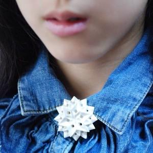 陶製ブローチ 六角星 白