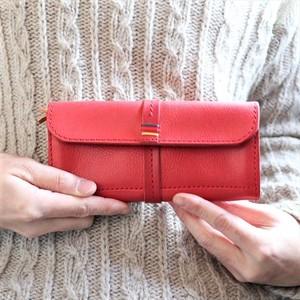 発売以来ロングセラーのスリムシルエット長財布