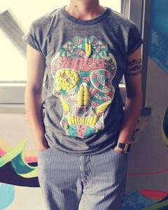 骸骨の上に蛙のTシャツ C/#ヘザーグレー