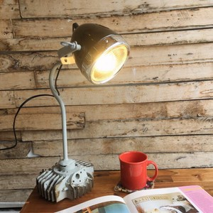 Light Black Recycling Iron Stand Lamp